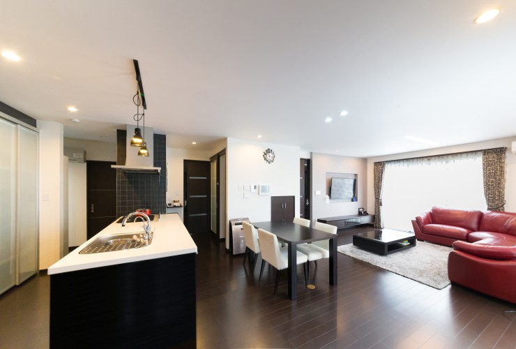 約25帖大空間LDK+吹抜けが明るく開放的な白い邸宅。安心の制振装置『MIRAIE』標準搭載